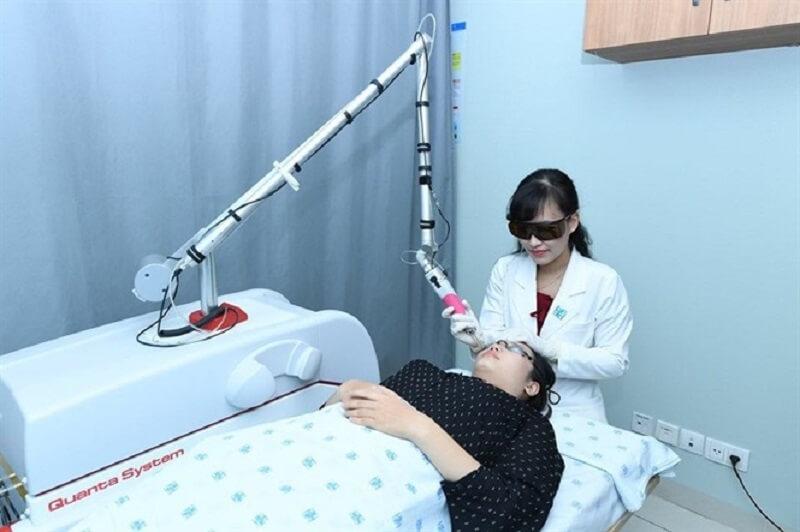 <en>Thực hiện thủ thuật chăm sóc da thẩm mỹ là một trong những chức năng của khoa Da Liễu</em>